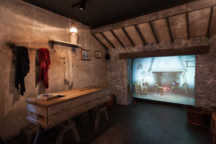 The Irish Whiskey Museum uses both audio and visual elements, guiding through many periods of Irish history