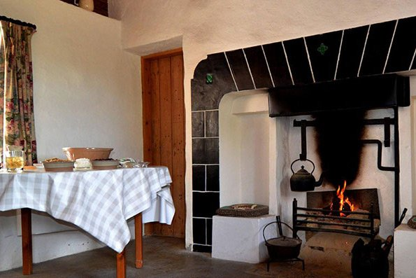 Cozy Cnoc Suain kitchen